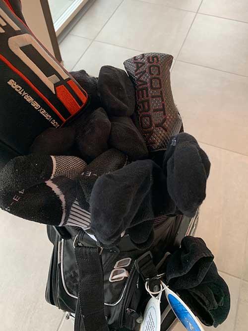 Strømper beskytter køllerne i rejsebaggen